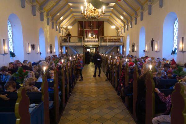 Kirke fyldt af børn